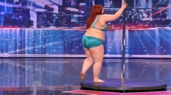 Lulu o pełnych kształtach tańczy na rurze [VIDEO]