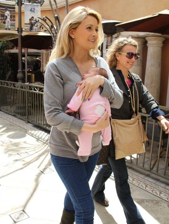 Holly Madison już pokazuje się z córeczką (FOTO)
