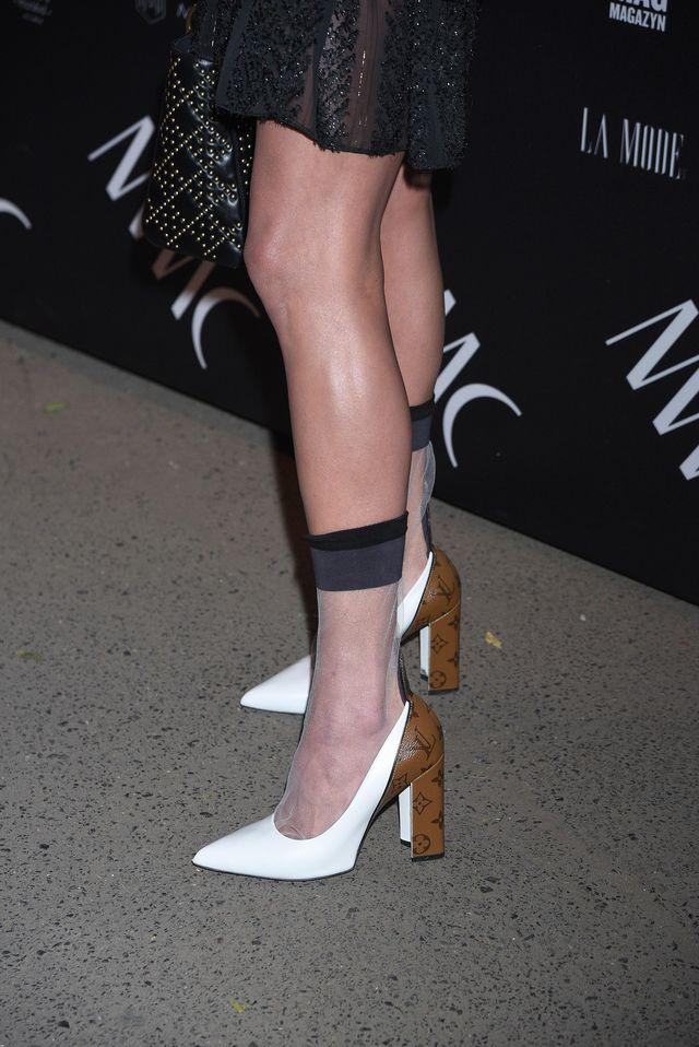 Do pantofli od Louisa Vuittona założyła skarpetki - będzie nowy trend? (ZDJĘCIA)