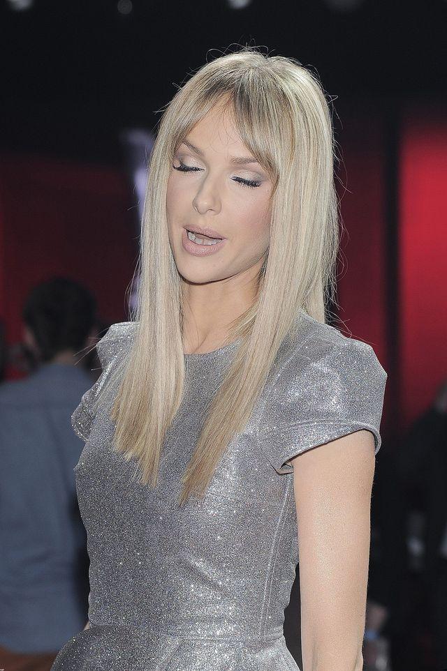 Magda Mielcarz zakręciła lekko swe krótkie włosy i...