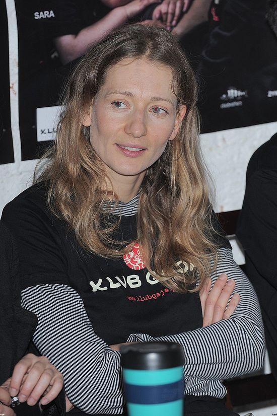 Magdalena Popławska bez makijażu broni karpia (FOTO)
