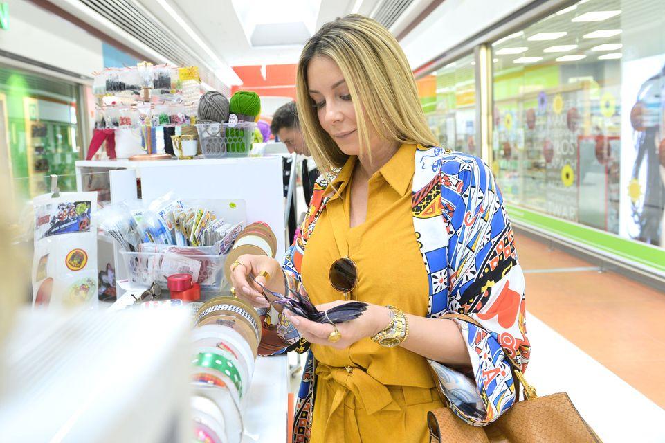 Małgorzata Rozenek-Majdan w musztardowym kombinezonie na zakupach (ZDJĘCIA)