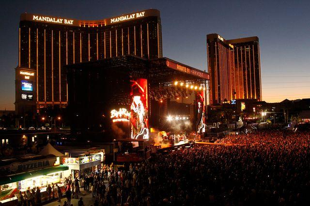 Mariah Carey o masakrze w Las Vegas mówi LEŻĄC na sofie z CHOINKĄ w tle (VIDEO)