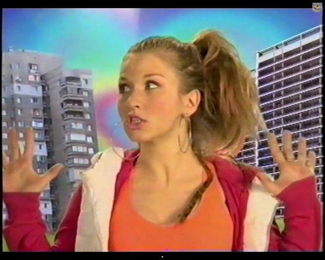 Anja Rubik jako dresiara w białych kozaczkach [VIDEO]