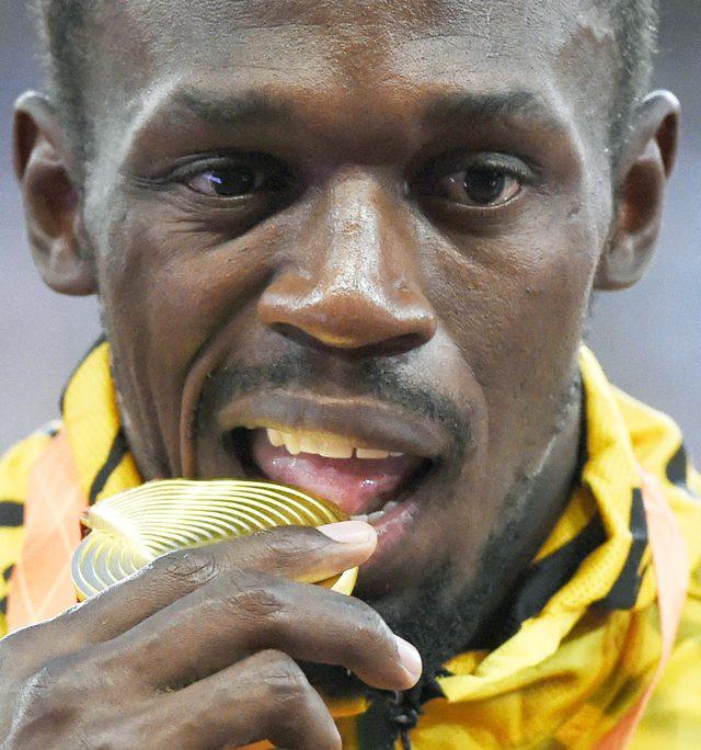 Dlaczego sportowcy gryzą złote medale?