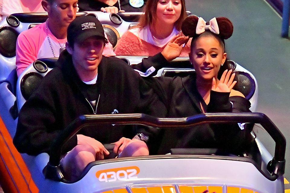 Ariana Grande z WIELKIM pierścionkiem zaręczynowym w Disneylandzie (ZDJĘCIA)