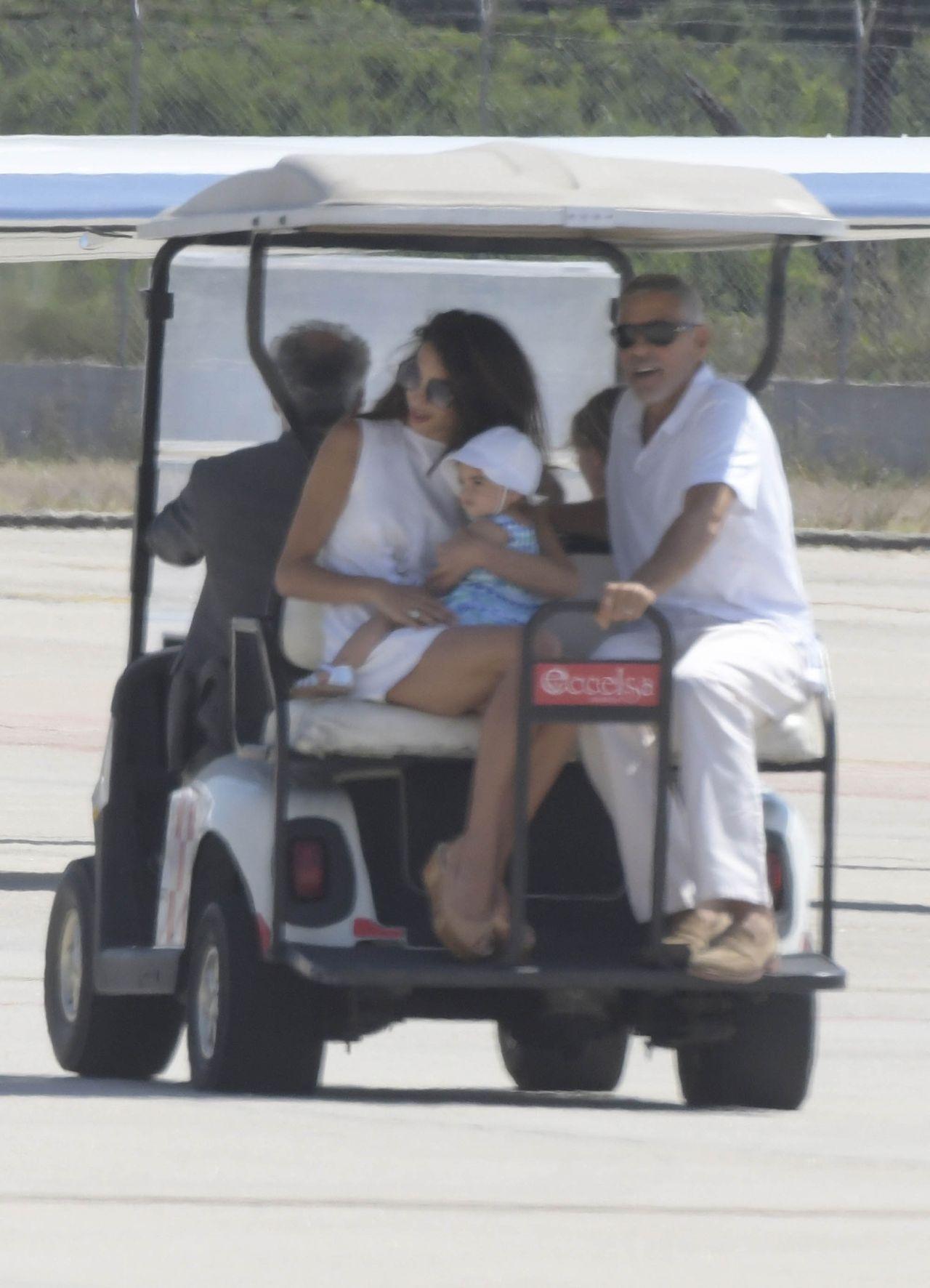 Clooneyowie z dziećmi wylatują z Włoch po pechowych wakacjach George'a (ZDJĘCIA)