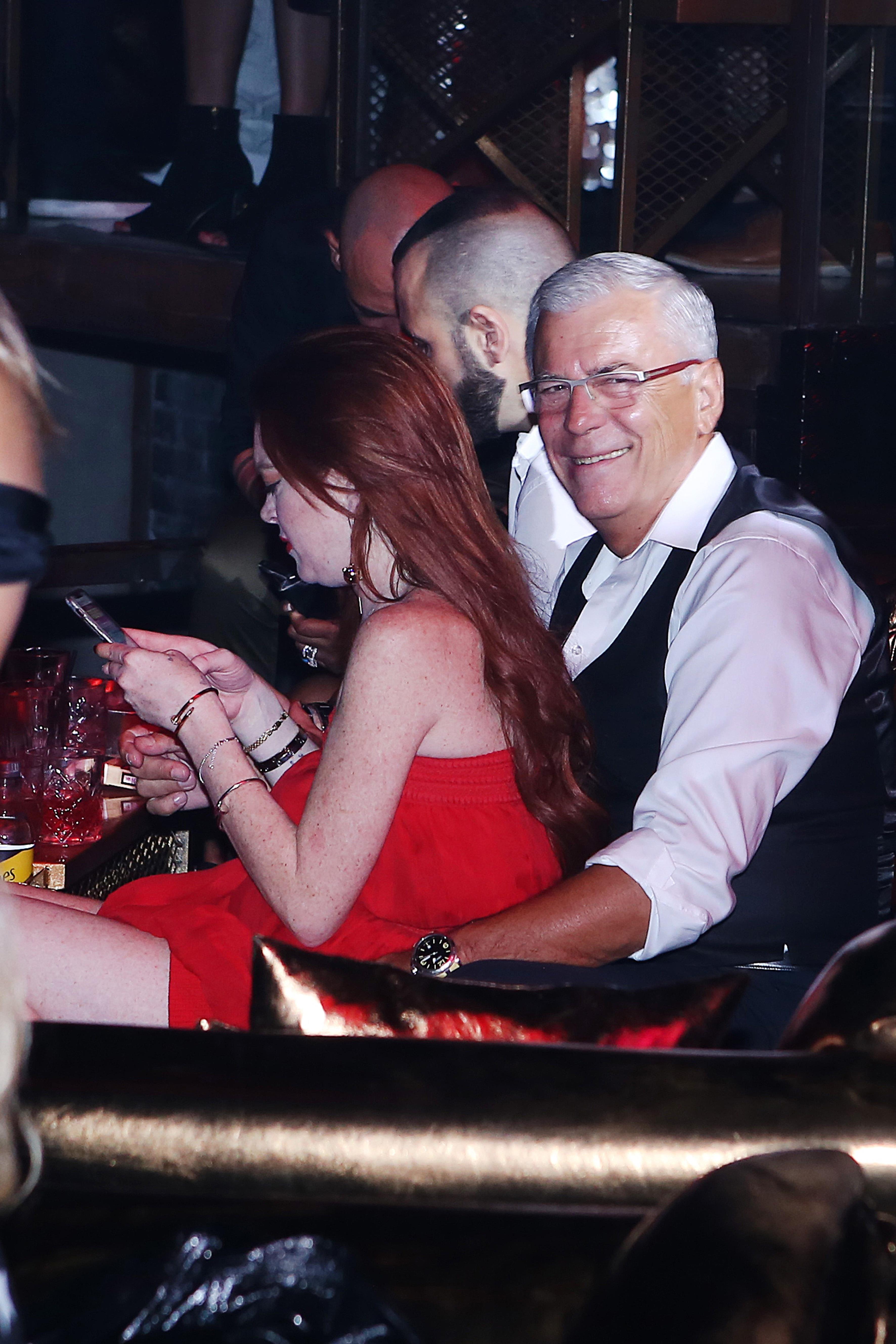 NABOTOKSOWANA Lindsay Lohan u boku starszego mężczyzny (ZDJĘCIA)