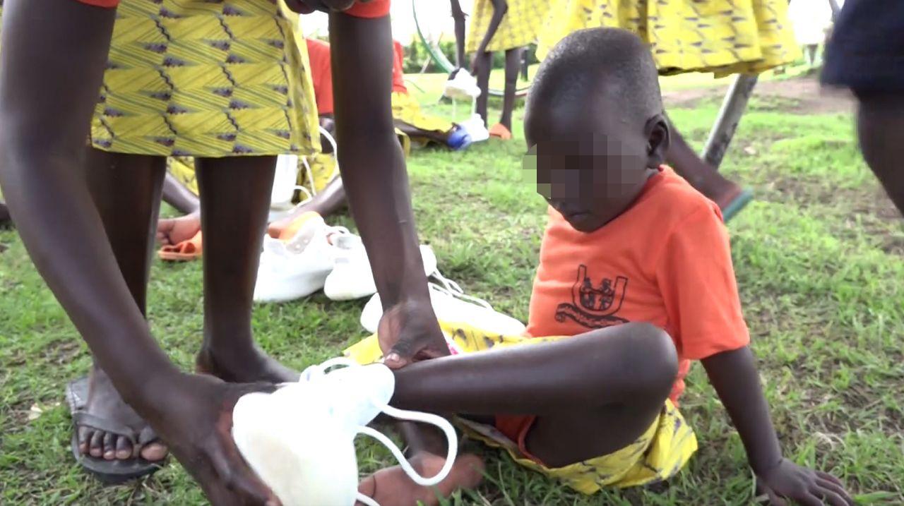 Kim i Kanye zawieźli dzieciom w Afryce buty Yeezy (ZDJĘCIA)