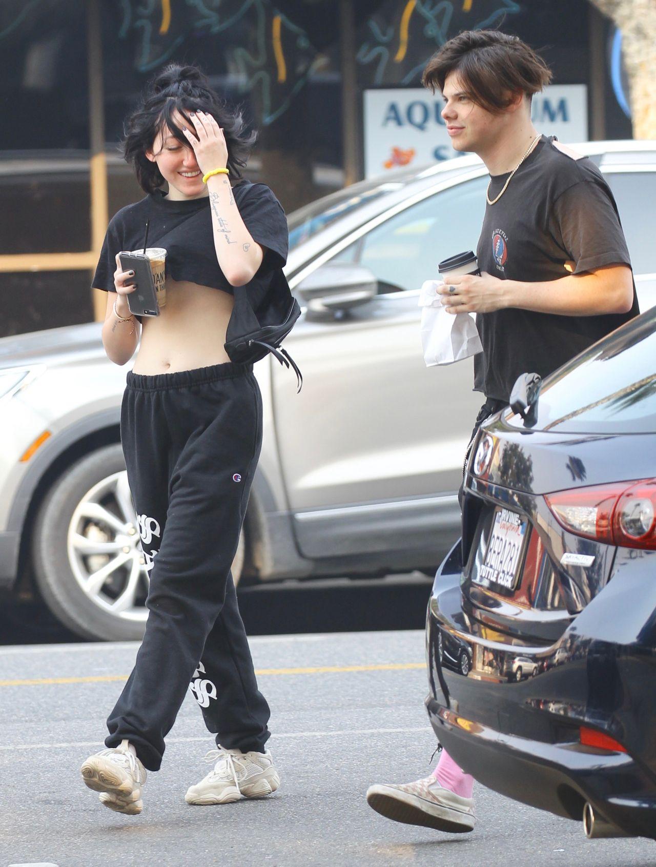 Siostra Miley Cyrus, Noah, z chłopakiem na ulicy - czyżby nowa miłość? (ZDJĘCIA)