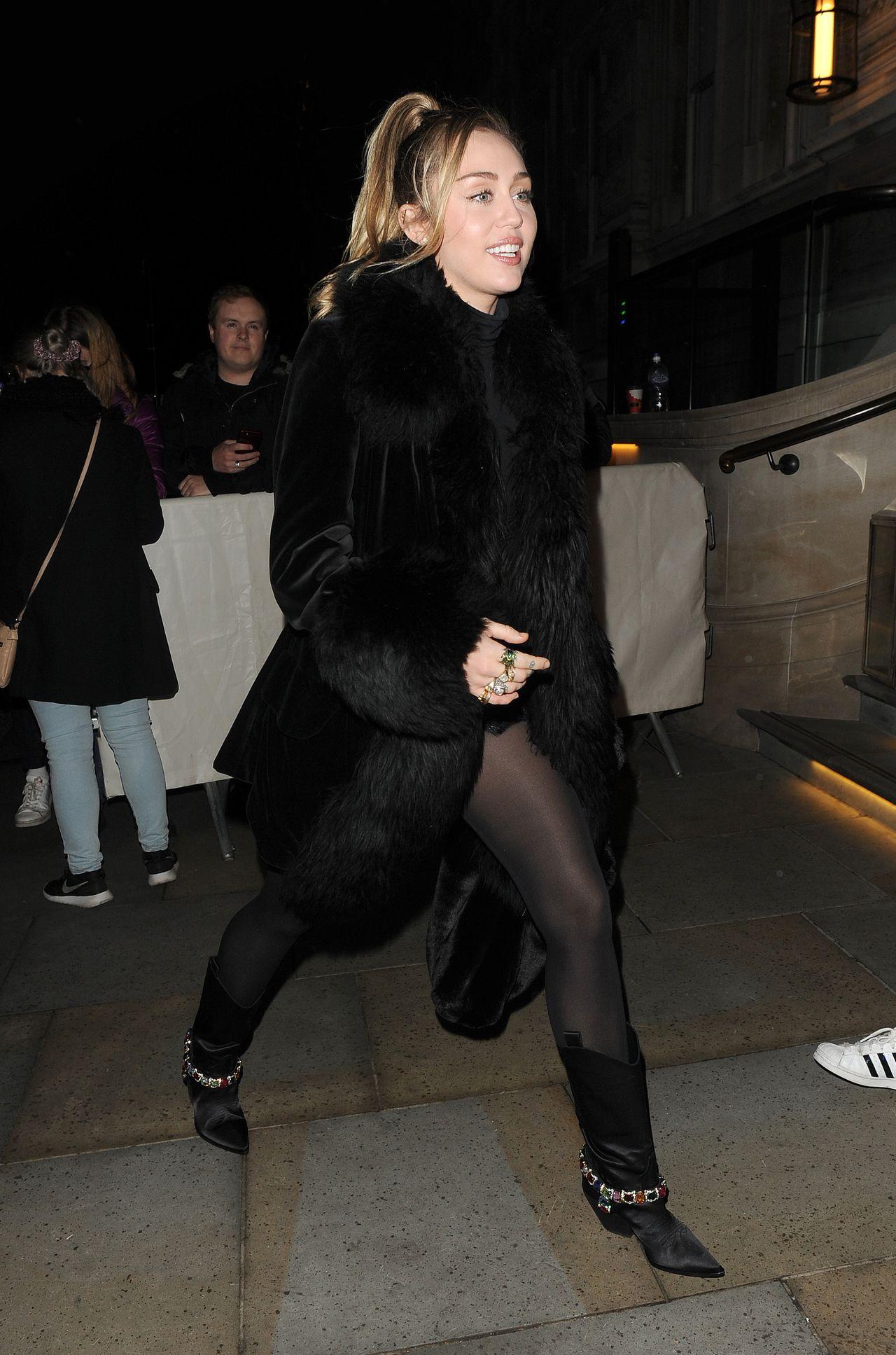 WOW! Miley Cyrus BEZ STANIKA i w mini - pokazała długie nogi (ZDJĘCIA)