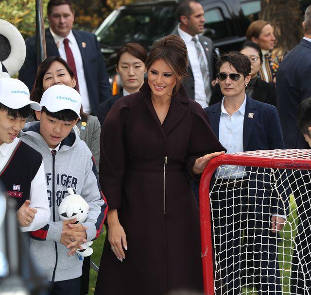 To ona skupiła na sobie uwagę podczas balu w Tokio - Melania Trump zeszła na dru