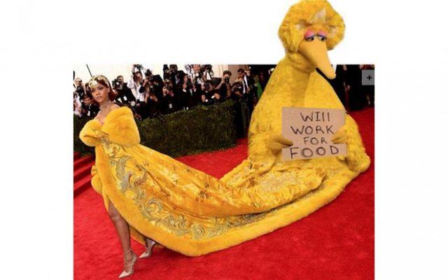 Kreacja Rihanny hitem memów po gali MET 2015 (FOTO)