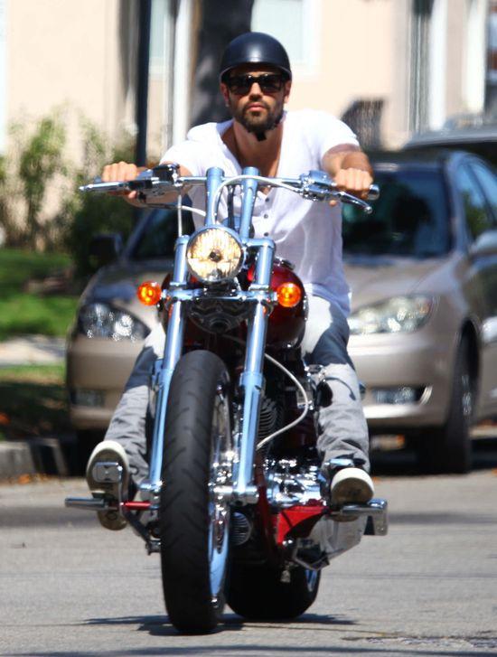 Jesse Metcalfe lansuje się na Harleyu (FOTO)