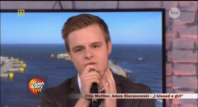 Filip Mettler śpiewa I kissed a girl (VIDEO)
