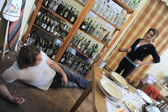 Michał Milowicz pijany leży na podłodze (FOTO)