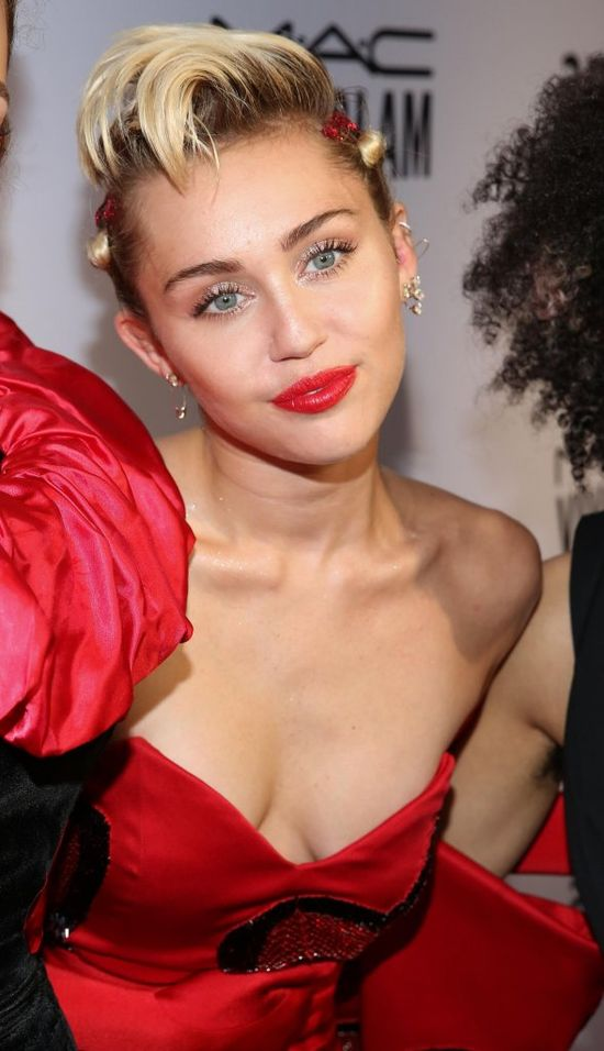 Internauci szaleją! Miley Cyrus utopiła się w wannie?