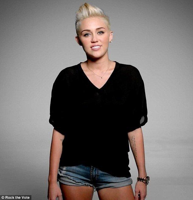 Miley Cyrus w seksownych szortach promuje wybory (FOTO)
