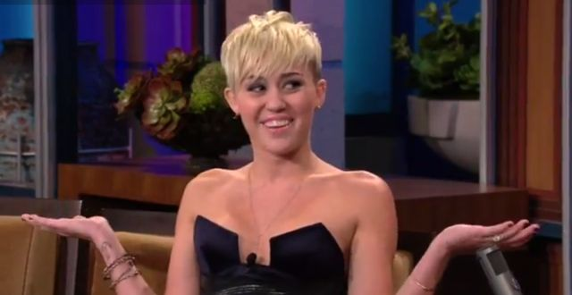 Miley Cyrus u Jaya Leno - co za dekolt! (FOTO)