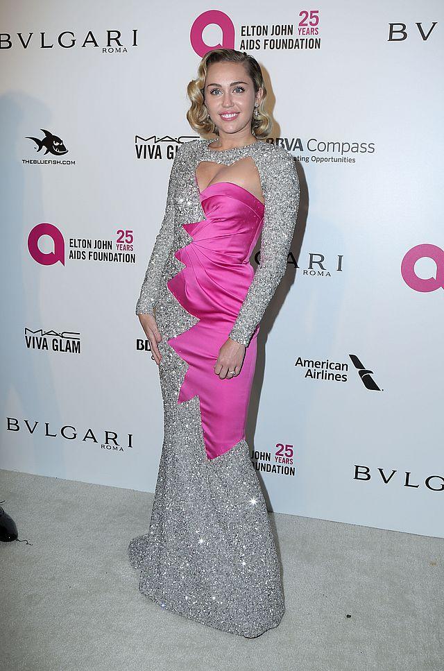 Miley Cyrus na imprezie Eltona Johna pokazała CIĄŻOWY brzuszek (ZDJĘCIA)