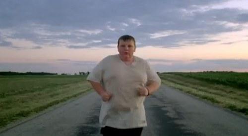 Gwiazda reklamy Nike waży ponad 90 kilo [VIDEO]