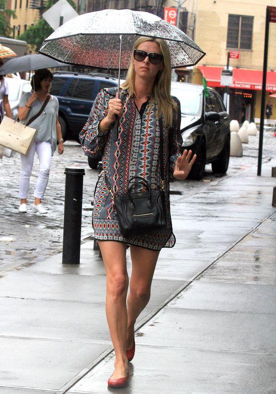 Deszczowy look Nicky Hilton
