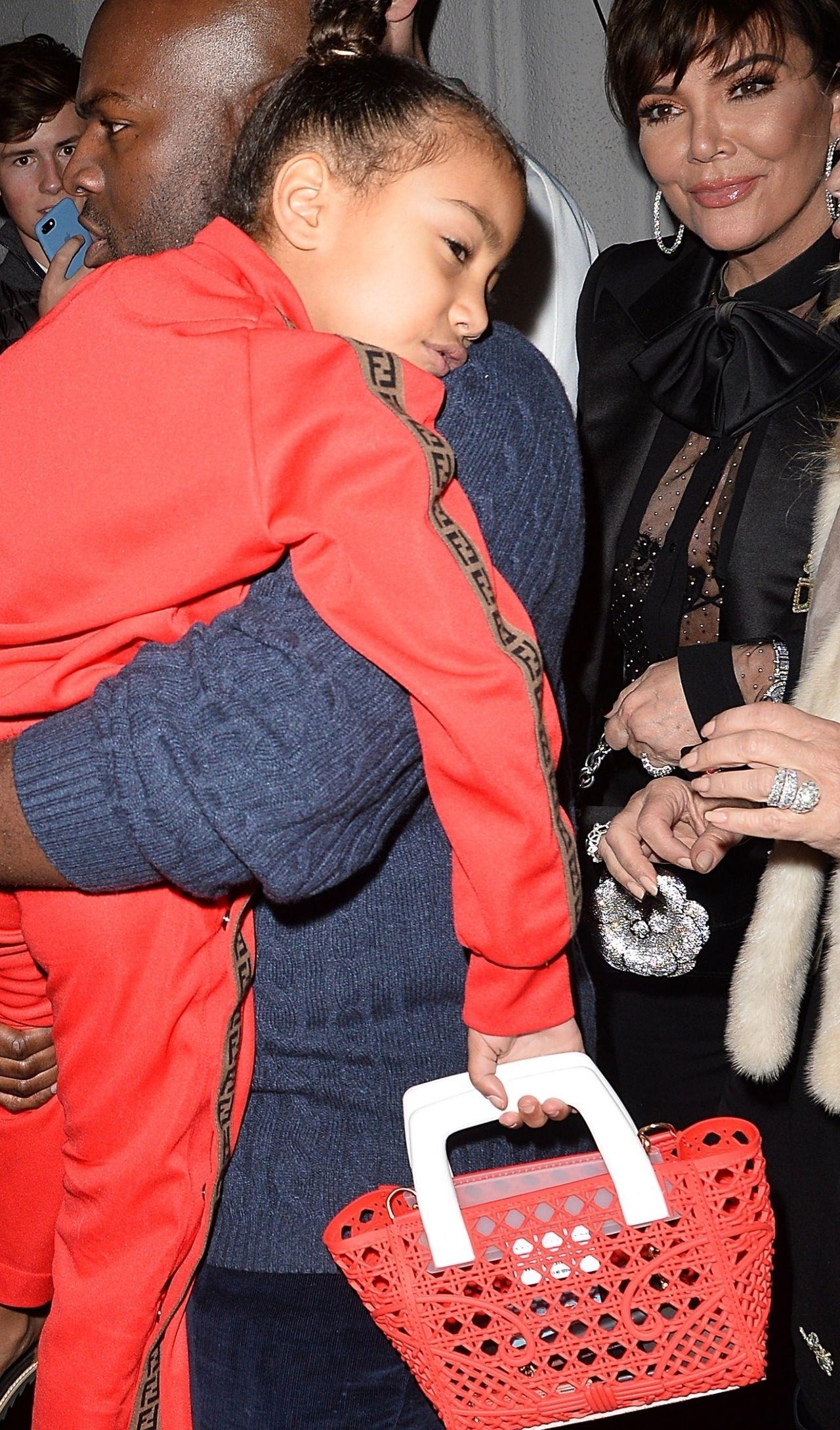 North West w klapkach Fendi na dorosłej kolacji z ciotką, babcią i jej chłopakie