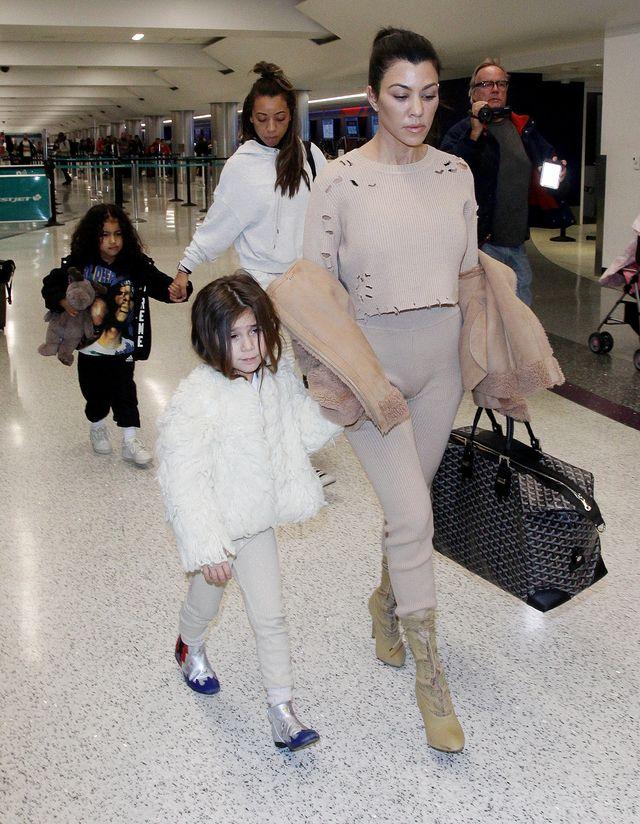 Córka Kim Kardashian raz w burzy loków, a raz nadąsana (ZDJĘCIA)