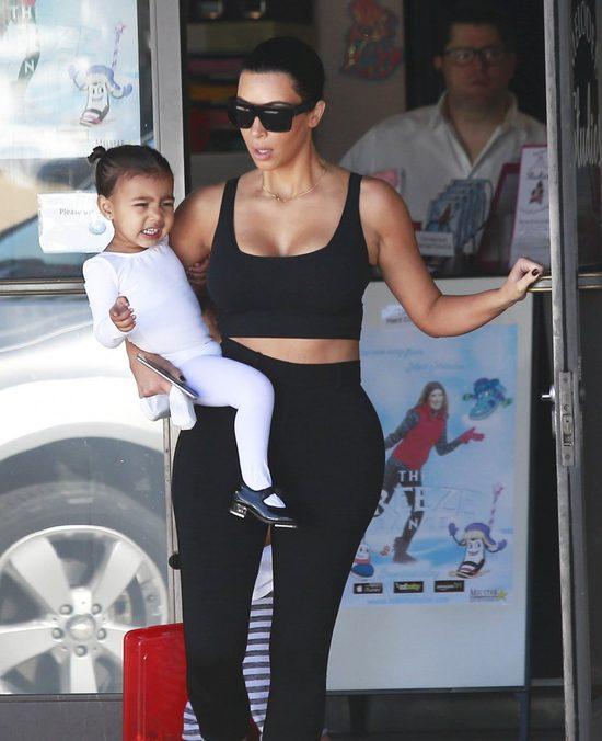 Kim Kardashian z trudem powstrzymuje się, by nie wybuchnąć