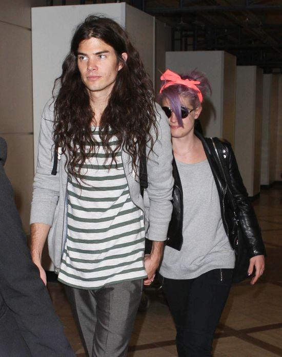 Fioletowe włosy i różowa chustka