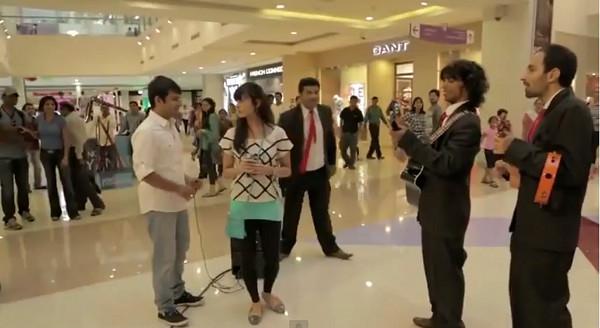 Lepiej nie oświadczać się w centrum handlowym (VIDEO)