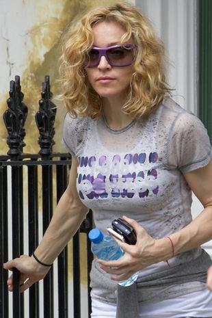 Madonna się dźga