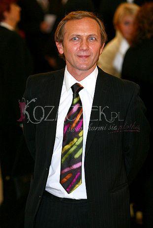 Andrzej Chyra gra krawatem