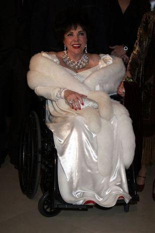 Elizabeth Taylor trafiła do szpitala