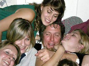 Hugh Grant lubi studentki