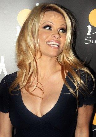 Pamela Anderson cofa zegar biologiczny (FOTO)