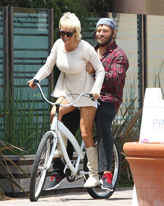 Pamela Anderson wiozi męża (FOTO)