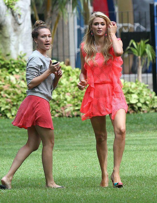 Paris Hilton dorabia sobie na wakacjach... (FOTO)