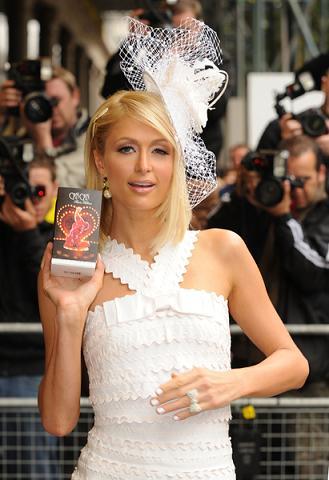 Czy Paris Hilton robiła coś z twarzą?