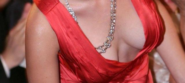Biust Scarlett Johansson
