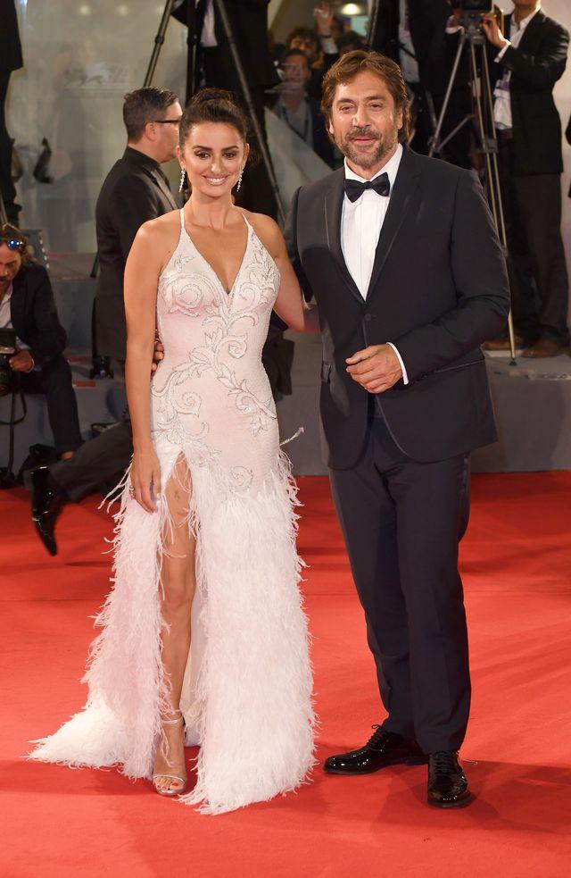 Penelope Cruz w sukni z piórami chciała wam się czymś pochwalić
