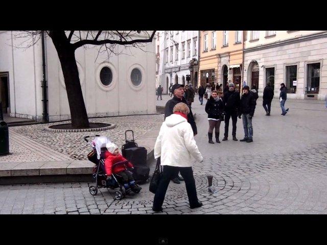 Wzruszające - dziewczynka śpiewa na ulicy [VIDEO]