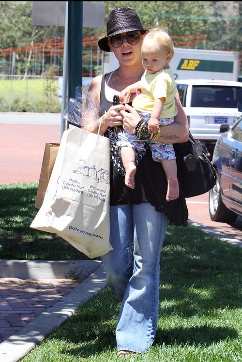 Pink z córeczką wracają ze sklepu z zabawkami (FOTO)