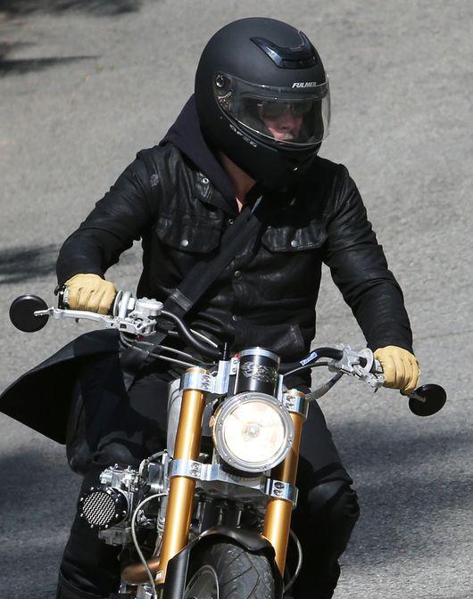 Brad Pitt na super motocyklu (FOTO)