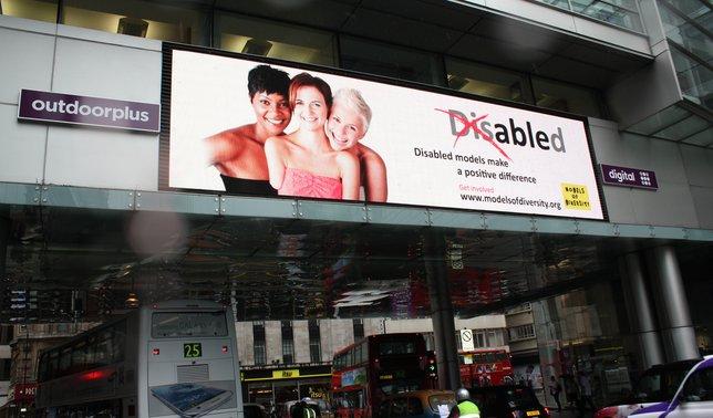 Iga Wyrwał pozuje z niepełnosprawną modelką (FOTO)