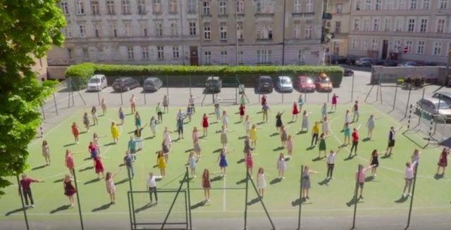Licealiści z Poznania promują szkołę tańcem z La La Land! Gosling byłby dumny!