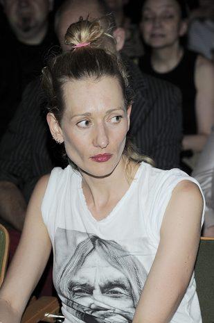 Magdalena Popławska w sportowych butach na czerwonym dywanie