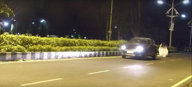 Wystraszony kierowca wjechał w prankstera (VIDEO)