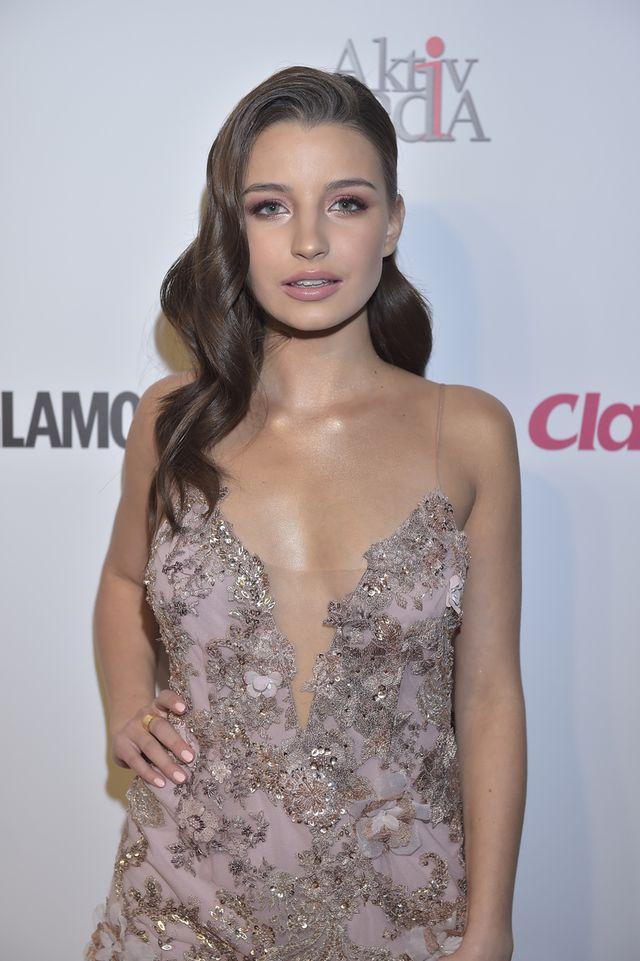 Julia Wieniawa w sukience - koszulce na premierze Kobiety sukcesu