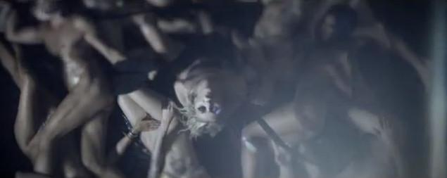 Morze nagich ciał w nowym teledysku zespołu Taylor Momsen